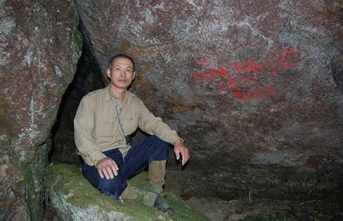 Ông Trần Ngọc Lâm trong hang đá ở độ cao 2.900m, gần đỉnh Fansiapn
