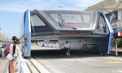 Xe buýt TEB tiếp tục chạy thử nghiệm trên đường phố. Ảnh: Shanghaiist.