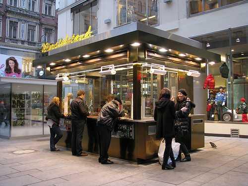 Áo: Starbuck, Amazon nộp thuế ít hơn cả xe bán xúc xích lề đường - ảnh 2