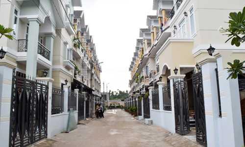 Một dự án nhà phố xây sẵn đang bàn giao cho khánh hàng tại quận 12, TP HCM. Ảnh: Vũ Lê