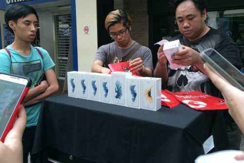 Cảnh thu gom iPhone 6s rồibán lại ngay trướccác cửa hàng Apple ở Singapore năm ngoái. Ảnh: Đình Nam.