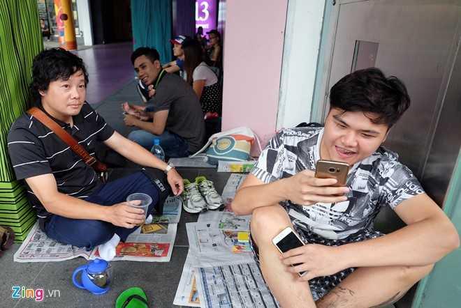 Nguoi Viet xep hang mua iPhone 7 truoc 2 ngay o Singapore hinh anh 2