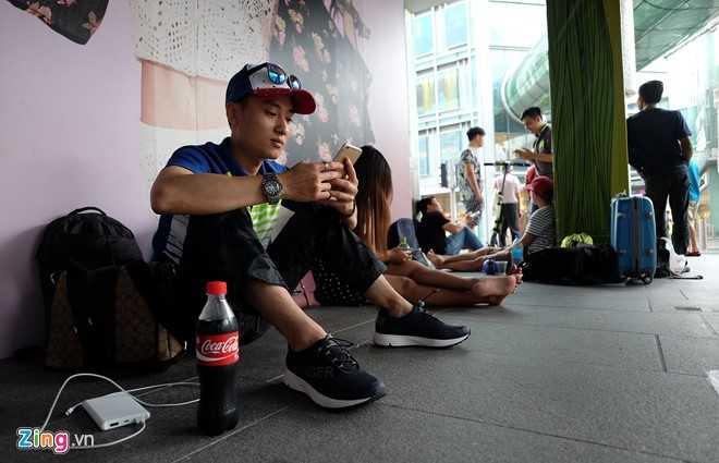 Nguoi Viet xep hang mua iPhone 7 truoc 2 ngay o Singapore hinh anh 3