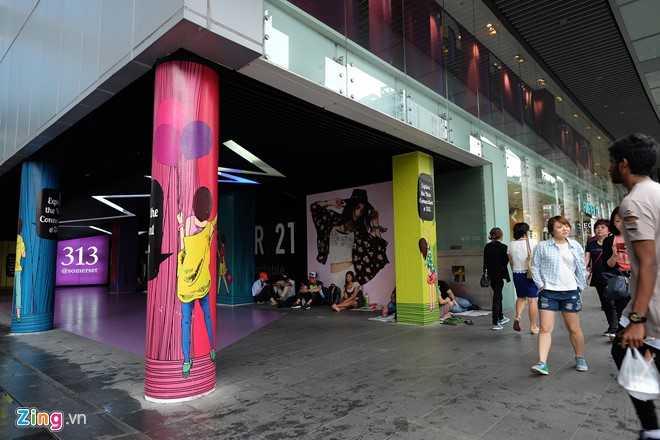 Nguoi Viet xep hang mua iPhone 7 truoc 2 ngay o Singapore hinh anh 1