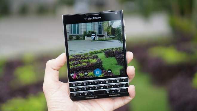 Cua hang do xo di ban BlackBerry Passport dai ha gia hinh anh 1