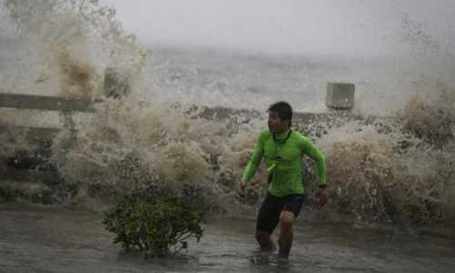 Bão Sakira đổ bộvào đảo Hải Nam gây ra những đợt sóng dữ dội. Ảnh: Reuters.
