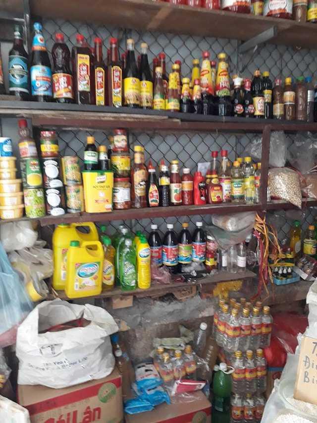 Nước mắm công nghiệp và nước mắm truyền thống đều được bày bán như nhau ở chợ