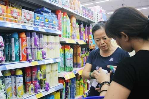 Khách chọn mua máy xông muỗi tại siêu thị Co.opmart. Ảnh: Phương Đông.