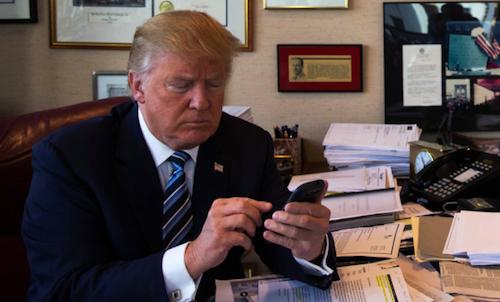 Donald Trump sử dụng chiếc điện thoại được cho là Samsung Galaxy S III.