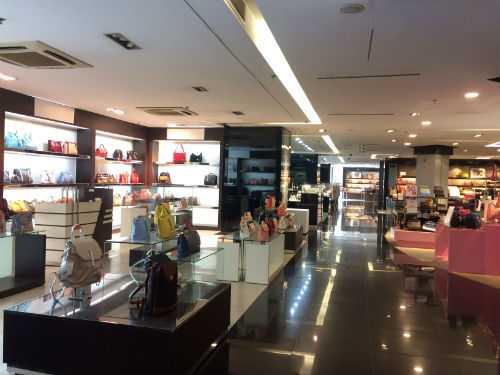Trưng biển khuyến mại lớn nhưng các gian hàng hầu như không có khách hàng tới mua sắm.