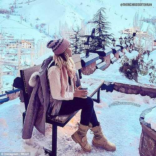 Cô nàng Irantận hưởng giây phút thảnh thơi trong một khu nghỉ dưỡng mùa đông.