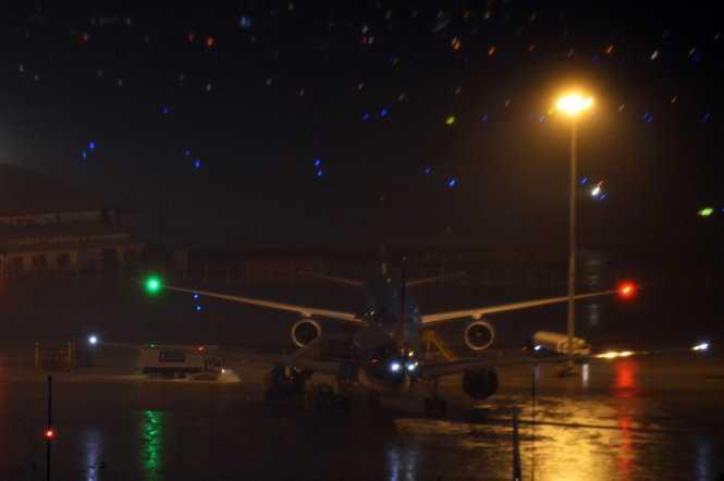 Bên trong sân bay Tân Sơn NHất ngập nước - Ảnh: Hữu Khoa