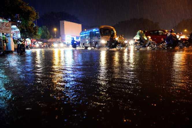 Nước ngập mênh mông khu vực vòng xoay Nguyễn Thái Sơn - Ảnh: Hữu Khoa