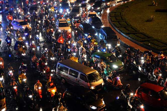 Xe cộ ùn ứ khu vực vòng xoay Nguyễn Thái Sơn do mưa lớn - Ảnh: Hữu Khoa