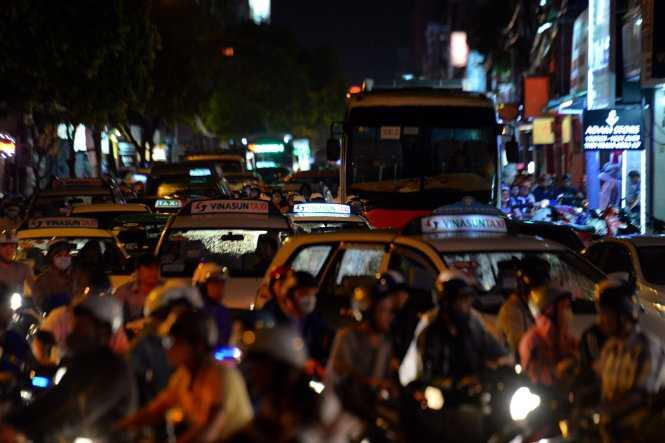 Xe cộ ùn ứ kéo dài trên đường Hồ Văn Huê , Q.Phú Nhuận, TP.HCM - Ảnh: Hữu Khoa