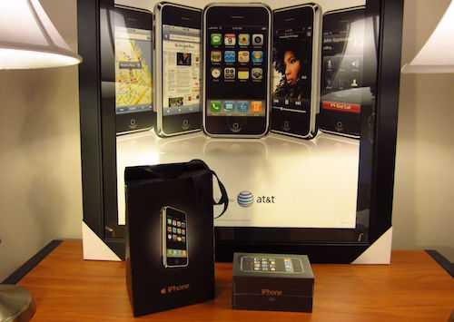 Chiếc iPhone đời đầu còn nguyên hộp, kèm túi và poster.