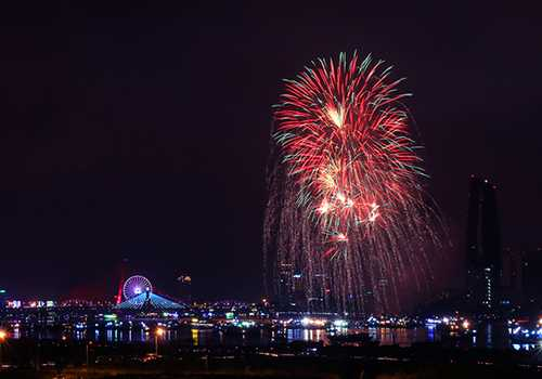 Pháo hoa đã trở thành đặc sản của Đà Nẵng với cuộc thi trình diễn pháo hoa quốc tế 2 năm tổ chức 1 lần. Ảnh: Nguyễn Đông.