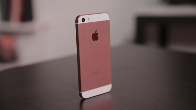 Co nen mua iPhone SE thoi diem nay? hinh anh 1