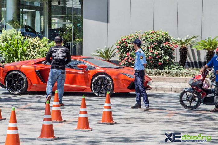 Ngắm siêu bò Aventador LP700-4 của đại gia ngành Y khoe sắc trên phố Sài Gòn ảnh 3