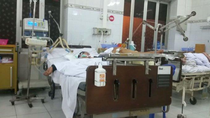 Anh Định được các bác sĩ tại bệnh viện 103 tích cực cứu chữa do bị đâm 2 nhát vào mông.