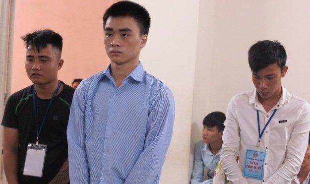 Đào Tiến Hùng (áo xanh) và 2 bị cáo tấn công mình