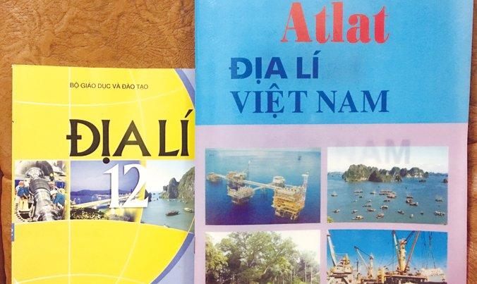 SGK Địa lí và Atlat Địa lí Việt Nam học sinh lớp 12 đang học. Ảnh: Nghiêm Huê.