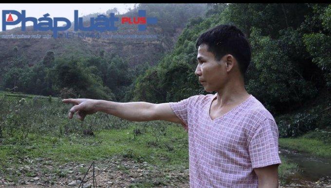 Ông Hoàng Văn Hanh chỉ tay về phía hiện trường cho rằng con mình bị hiếp. (Ảnh: Tiến Vũ)