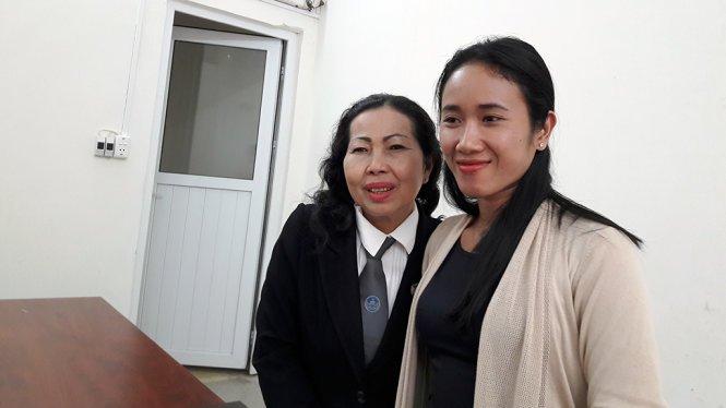 Bà Nguyễn Thị Thanh Huyền và luật sư Trần Thị Ngọc Nữ sau khi nghe phán quyết của tòa - Ảnh Hoàng Điệp