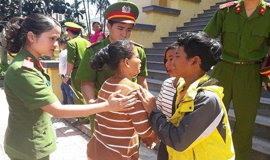 Phút chia tay của mẹ con Lan trước khi bị cáo về trại tạm giam.
