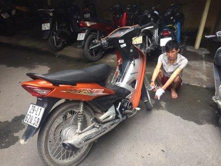 Hà Nội: Tên cướp xe máy rút dao bấm tấn công CSGT ngay giữa đường ảnh 1