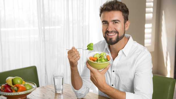 man-eating-salad-healthy-Dollarphotoclub_71248151