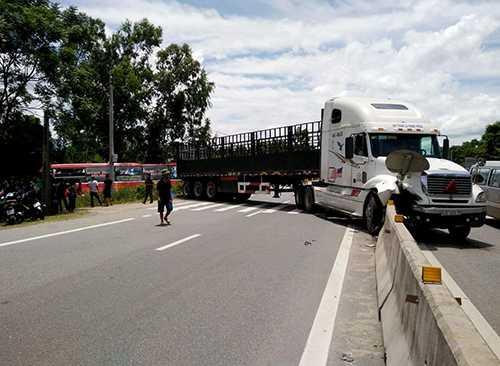 Xe tải đầu đâm vào giải phân cách, chắn ngang đường. Ảnh: Đ.H