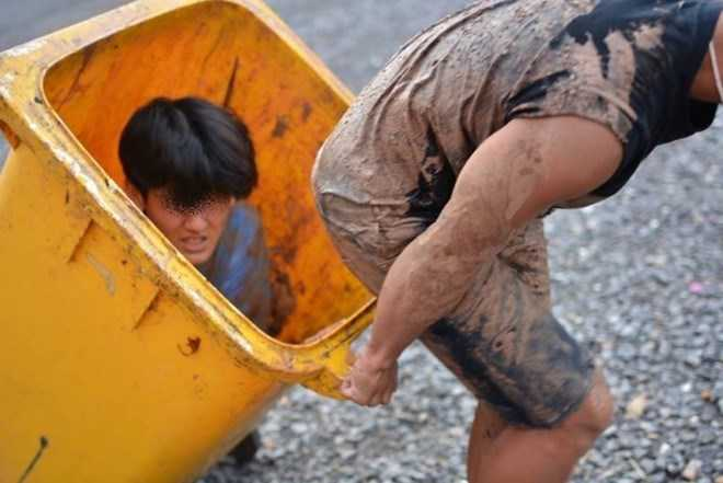 Một tân sinh viên khác ngồi trong thùng rác để