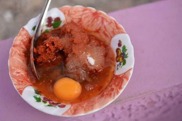 Hình ảnh bát tương ớt đỏ và lòng trứng sống là nỗi ám ảnh đối với các sinh viên Thái Lan.