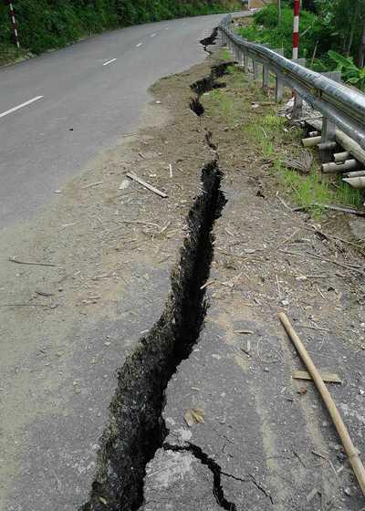 Vệt nứt bất thường trên quốc lộ 217. Ảnh: Lam Sơn.