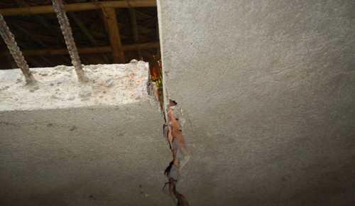 Tường nhà một hộ dân bị nứt gãy. Ảnh: Lam Sơn.