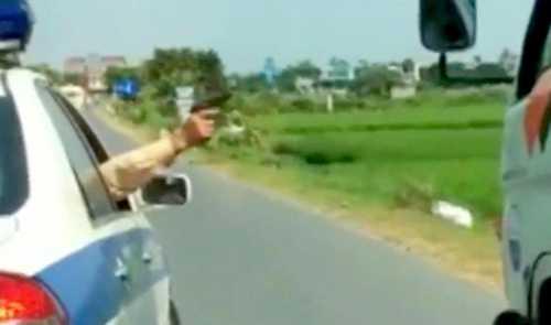 Cảnh sát giao thông Hải Dương nổ súng thị uy với tài xế xe tải không chấp hành, bỏ chạy, sau đó viên cảnh sát bị tạm đình chỉ công tác vì bị cho là nổ súng vượt quá giới hạn cho phép. Ảnh cắt từ clip