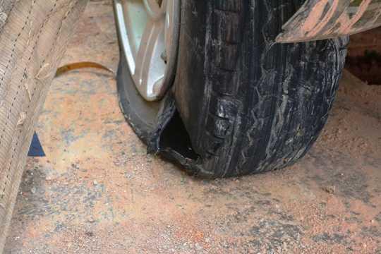 Bánh sau của xe ô tô mang BKS: 72M - 6259 bị nổ lớp.