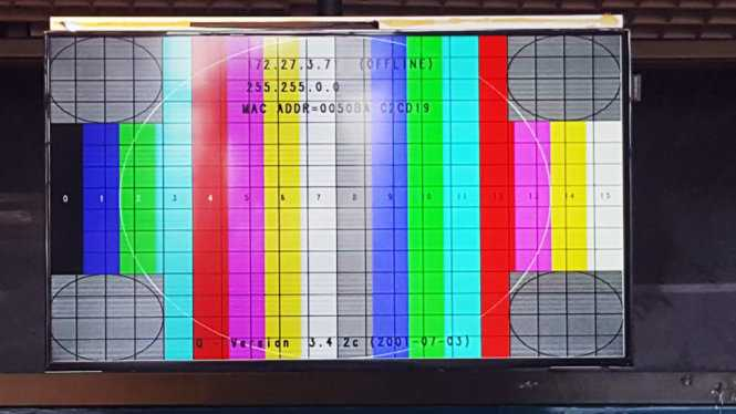 Màn hình thông tin chuyến bay ở nhà ga T1 Nội Bài hiển thị tín hiệu lạ - Ảnh: facebook otofun