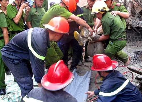 Sau một giờcắt bêtông và sắt thép,cảnh sát cứu hộđưa nạn nhân bị vùi lấp ra ngoài. Ảnh: A.X