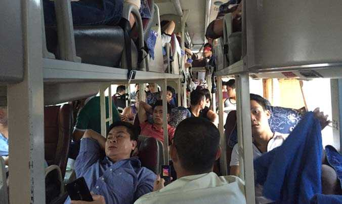 Hàng loạt xe nhồi nhét khách bị xử phạt trên cao tốc Pháp Vân - Cầu Giẽ, chiều 4/9. Ảnh: Nguyễn Hoàn.