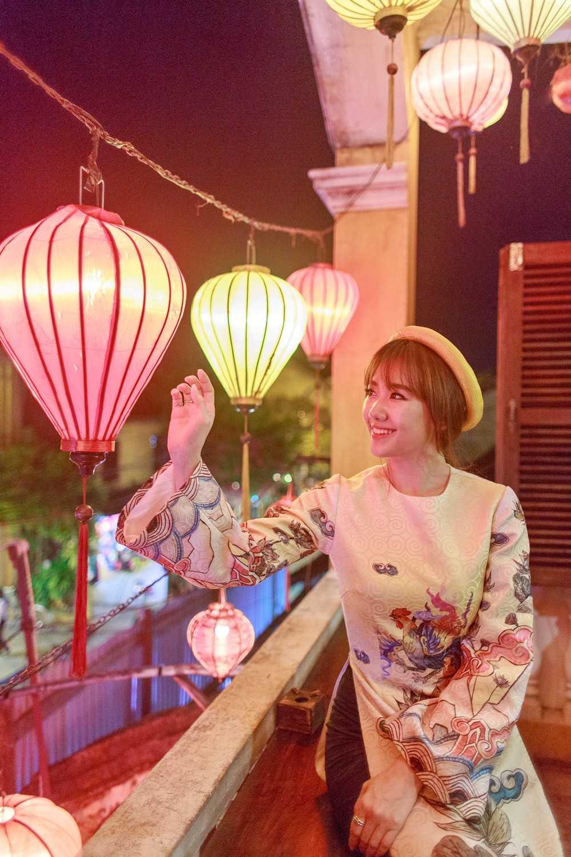 Chất liệu gấm và họa tiết dân gian được nhà thiết kế Thủy Nguyễn tận dụng triệt để, làm nổi bật nét duyên dáng của nữ ca sỹ