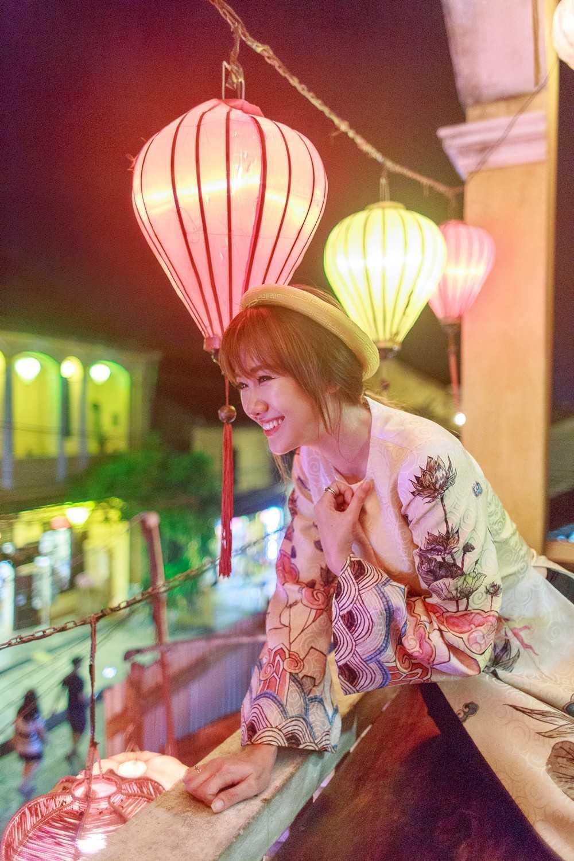 """Để phù hợp với không gian truyền thống và bối cảnh Hội An, giọng ca """"Anh cứ đi đi"""" chọn áo dài của nhà thiết kế Thủy Nguyễn, kết hợp cùng lối makeup nhẹ nhàng và kiểu tóc đơn giản."""