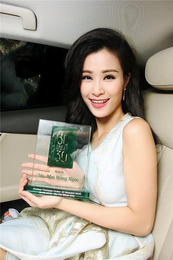 """Hinh anh Dong Nhi long lay nhan giai top """"50 nguoi phu nu anh huong nhat Viet Nam' 11"""
