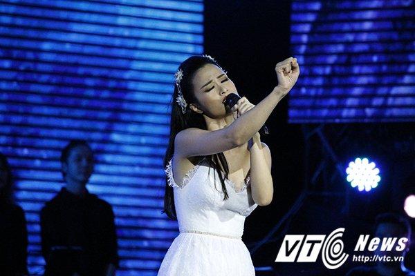 Hinh anh Dong Nhi mang chan dat, hat live sieu pham 'Xin anh dung'