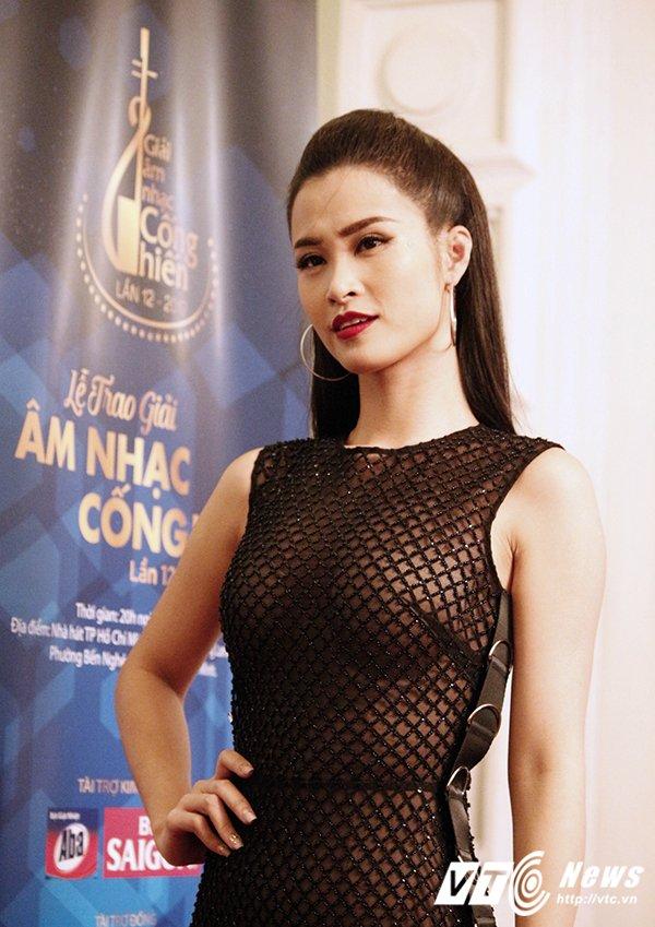 Hinh anh Dong Nhi mang chan dat, hat live sieu pham 'Xin anh dung' 3