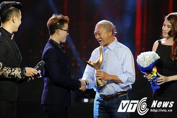 Hinh anh Le Thien Hieu doat giai Cong hien, cam on nguoi yeu cu ma quen mat nguoi thay Le Minh Son 3