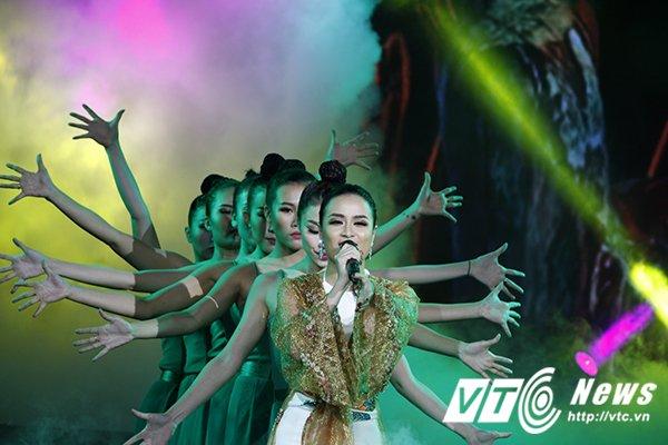 Hinh anh Noo Phuoc Thinh vuot mat Ho Ngoc Ha thang thuyet phuc tai giai Cong hien 8