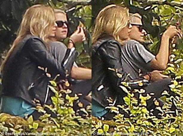 Kristen Stewart quá táo bạo khi chỉ mặc mỗi áo khoác để che vòng 1 trước nhiều con mắt - Ảnh 7.