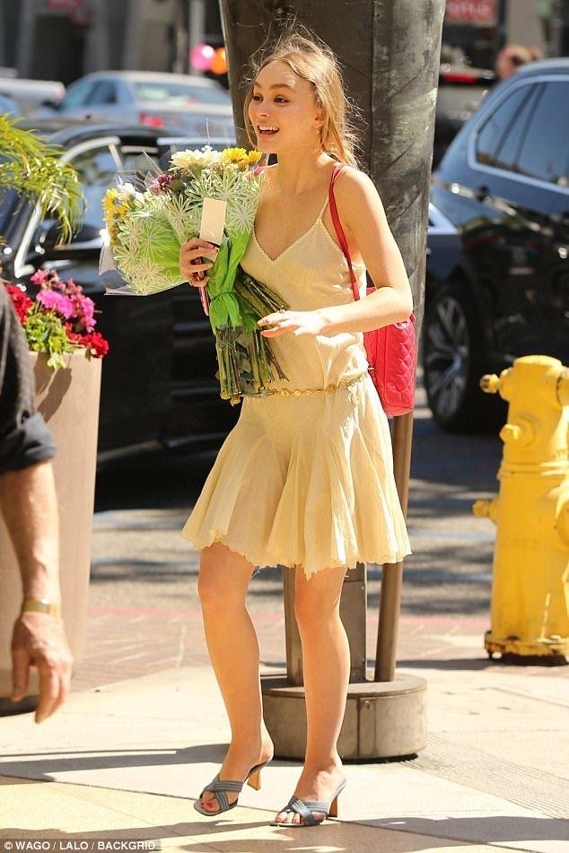 Con gái Johnny Depp đẹp lung linh trong buổi lễ tốt nghiệp trung học - Ảnh 1.